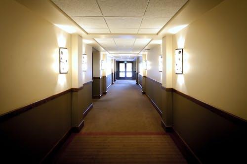 Foto stok gratis cahaya, dalam ruangan, hotel, koridor