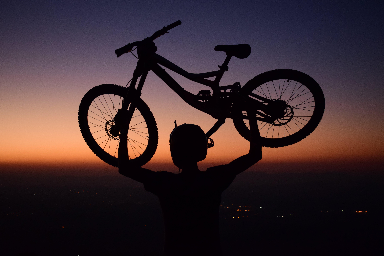 Δωρεάν στοκ φωτογραφιών με αγάπη, αγώνες μοτοσικλετών, άνδρας, γαλάζιος ουρανός
