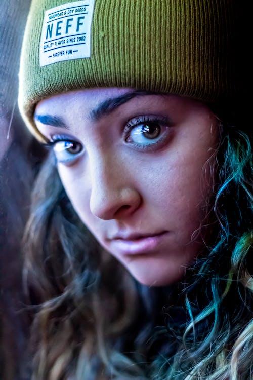 Darmowe zdjęcie z galerii z czapka, dziewczyna, niebieski, odbicie