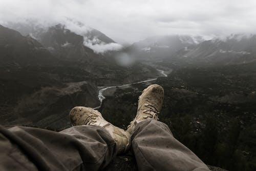 Darmowe zdjęcie z galerii z alpinista, buty turystyczne, chmury, czas wolny