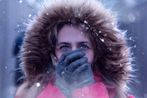 Безкоштовне стокове фото на тему «блакитні очі, дихання, жінка, зелені очі»