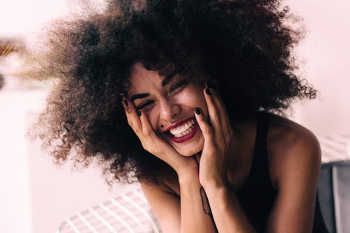 Photos gratuites de belle femme, cheveux bouclés, expression du visage, femme