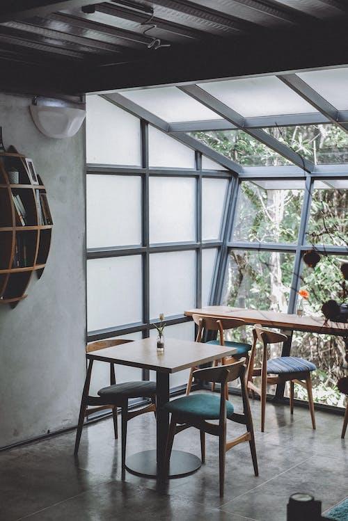 Δωρεάν στοκ φωτογραφιών με γυάλινα αντικείμενα, γυάλινος τοίχος, έπιπλα, εστιατόριο