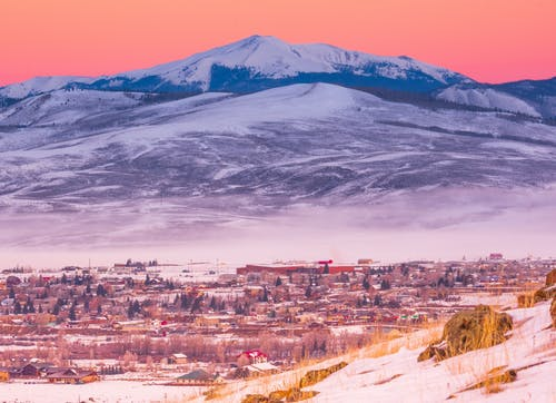 Ilmainen kuvapankkikuva tunnisteilla auringonnousu, esivuoristo, lumi, lumihuippuinen vuori