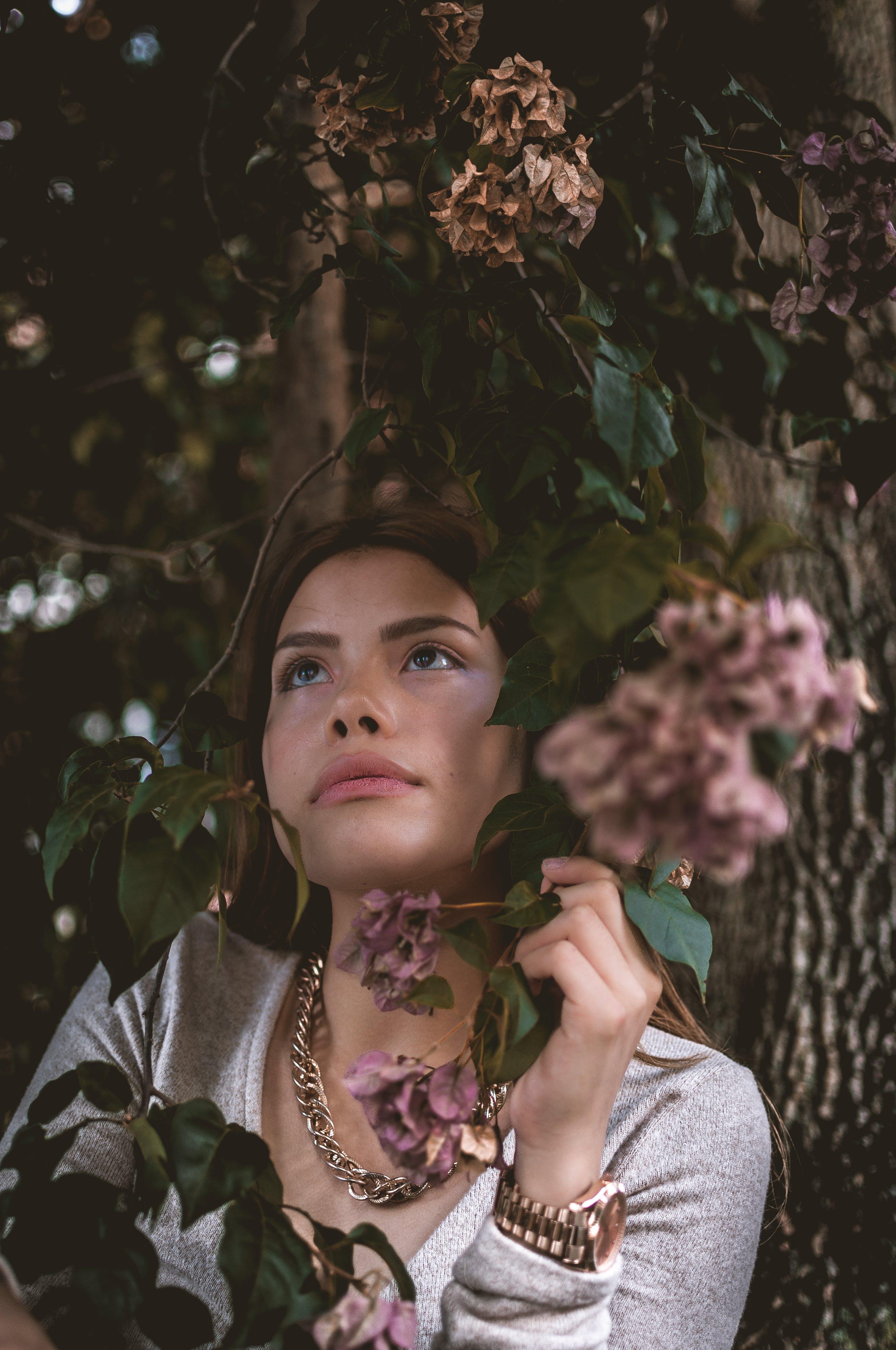 Kostnadsfri bild av ansiktsuttryck, armbandsur, attraktiv, blommor