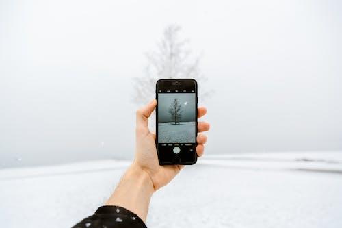 iphone, kar, kış, soğuk içeren Ücretsiz stok fotoğraf