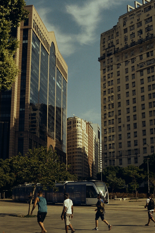 Foto profissional grátis de analógico, arquitetura, arranha-céu, bonde