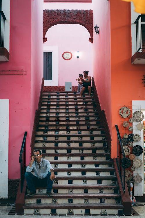 Ilmainen kuvapankkikuva tunnisteilla arkkitehtuuri, ihmiset, istuminen, portaat