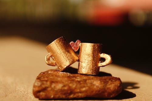 Foto d'estoc gratuïta de tasses daurades