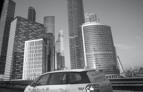 Foto stok gratis Arsitektur, cityscape, gedung menara, hitam dan putih