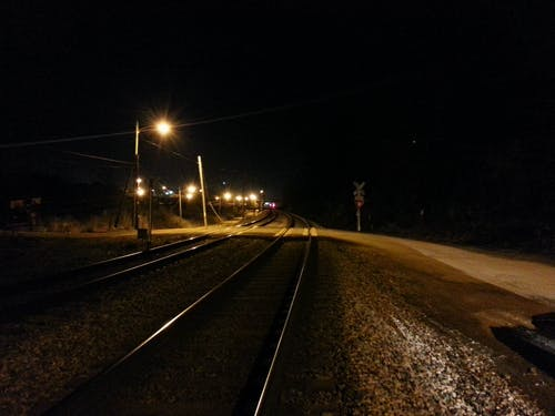 Kostnadsfri bild av järnvägsspår, korsning, natt