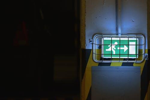 Foto d'estoc gratuïta de il·luminat, senyalització, signe, sortida d'emergència