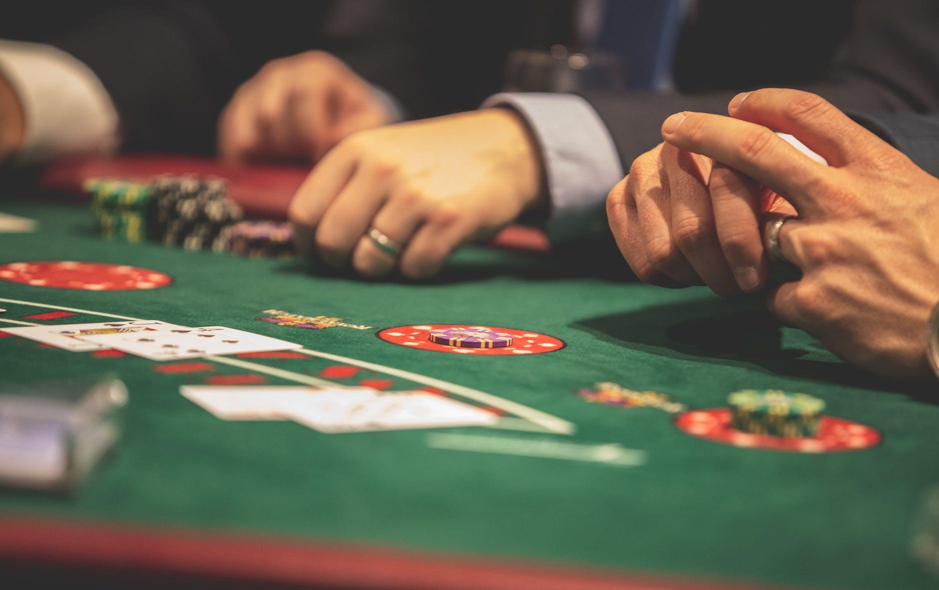 Een speeltafel met de handen van 3 spelers