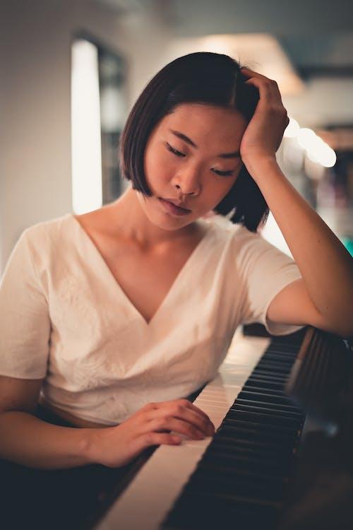 Darmowe zdjęcie z galerii z azjatka, fortepian, klawisze pianina, kobieta
