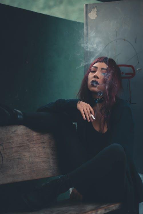 Základová fotografie zdarma na téma cigareta, dáma, dívání, dřevěná lavička