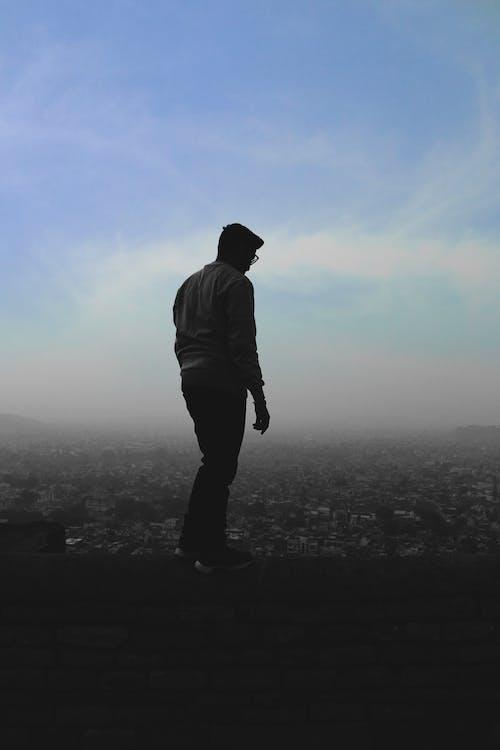 adam, ayakta, duvar, gökyüzü içeren Ücretsiz stok fotoğraf