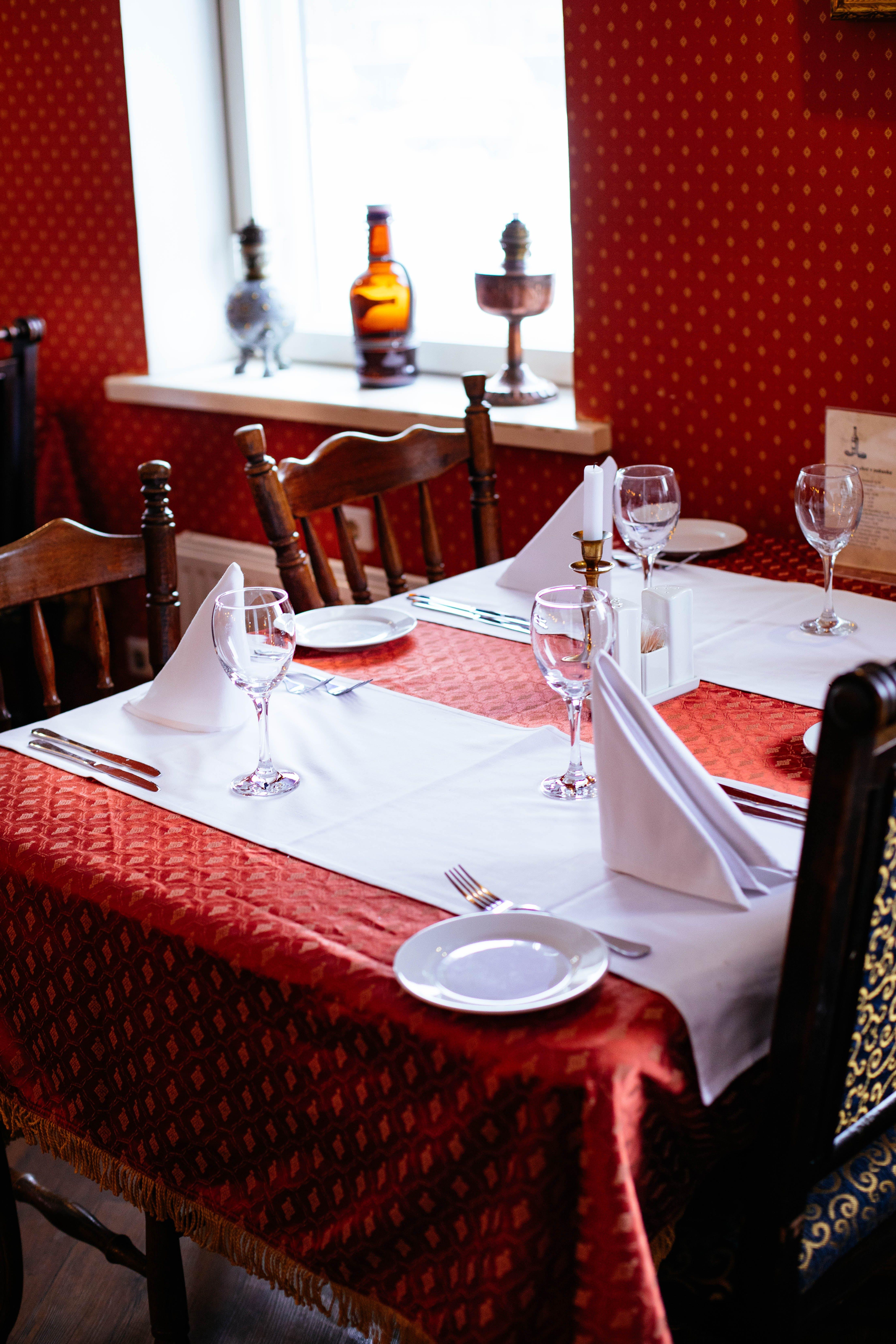 Základová fotografie zdarma na téma příbory, prostřený stůl, stolní nádobí, ubrus