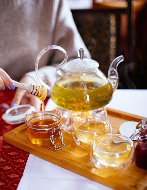 čaj, čajová konvice, čajové šálky