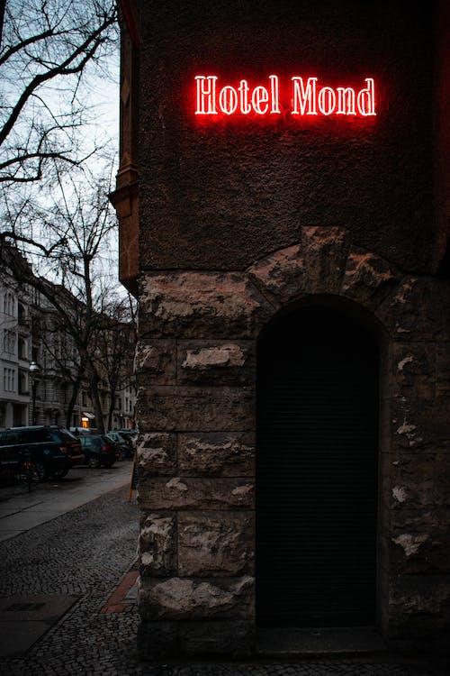 Gratis lagerfoto af bygninger, hotel, måne, neon