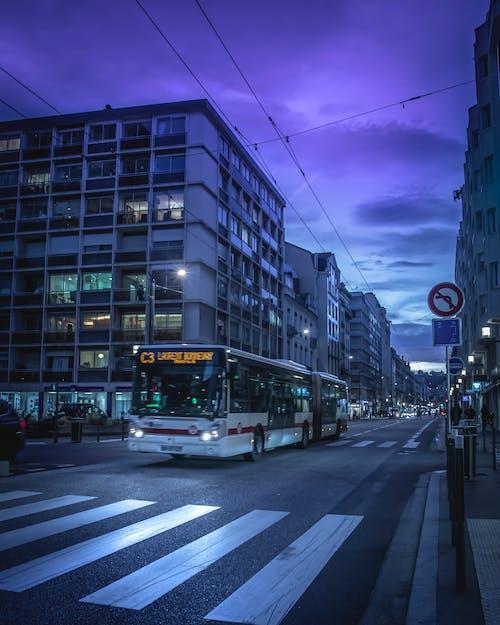 Foto profissional grátis de autobus, azul, cidade, leve