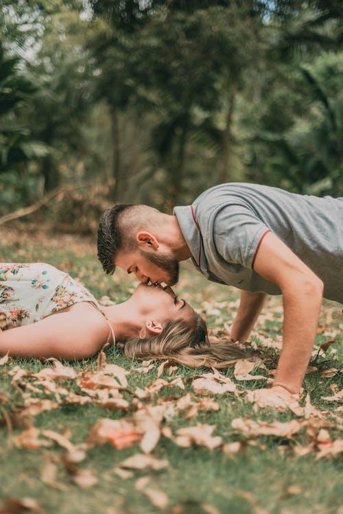 Foto profissional grátis de adultos, alegria, amor, beijando
