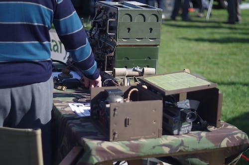 Kostnadsfri bild av armén, enhetlig, gamla radioapparater, gräs