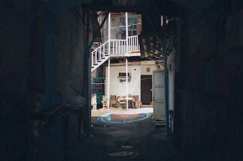 Foto d'estoc gratuïta de arquitectura, edifici, estret, exterior