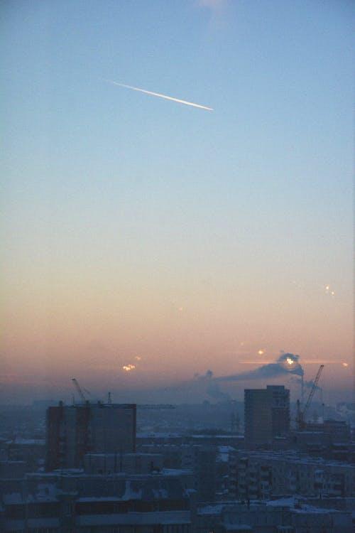 Foto d'estoc gratuïta de avió, capvespre, cel blau, ciutat