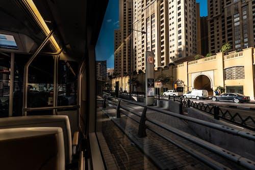 Ingyenes stockfotó belváros, építészet, épületek, járművek témában
