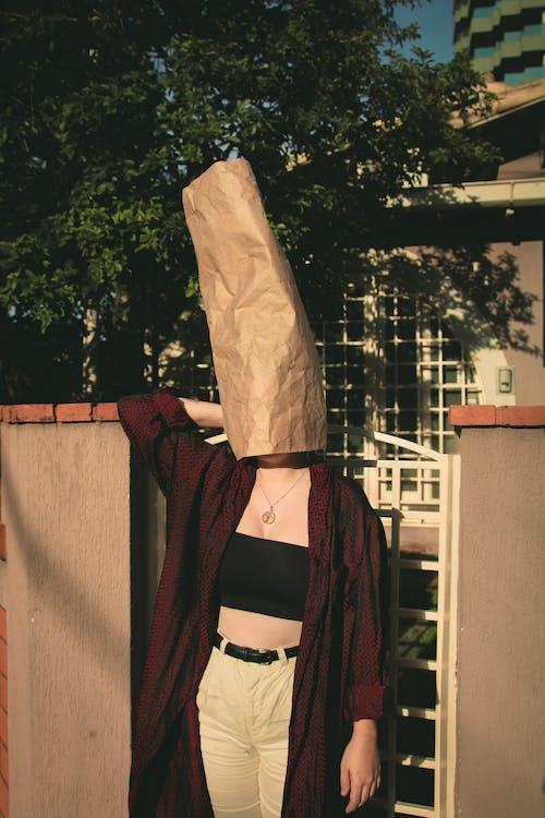 Darmowe zdjęcie z galerii z kobieta, nosić, osoba, papierowa torba