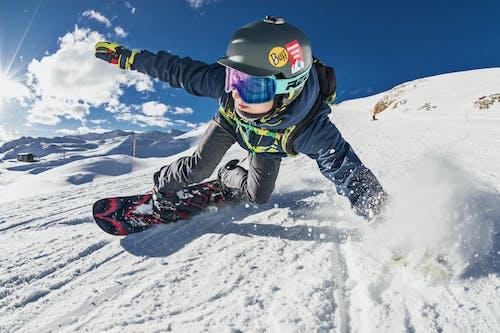 Darmowe zdjęcie z galerii z deska snowboardowa, gogle, góra, kurort