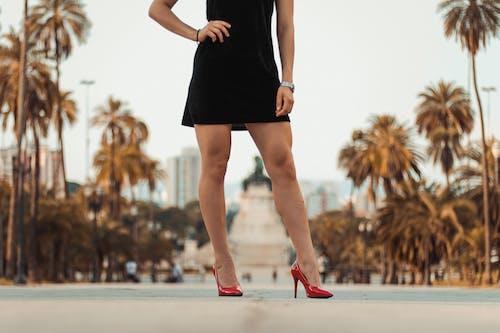 Photos gratuites de chaussures, femme, individu, jambes