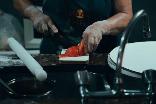 切片, 廚房, 手, 番茄 的 免費圖庫相片