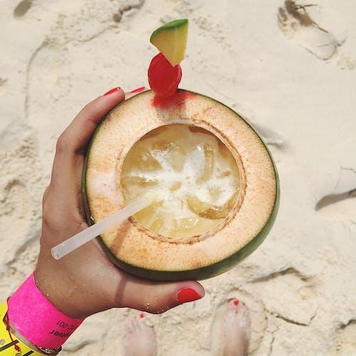 Darmowe zdjęcie z galerii z cieszyć się, lato, orzech kokosowy, owoce