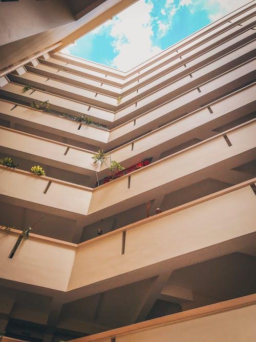 Foto stok gratis Apartemen, Arsitektur, bangunan, bidikan sudut sempit