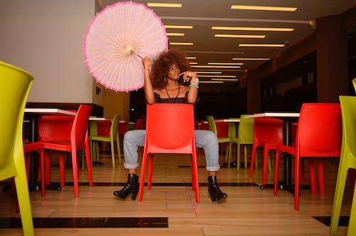 Δωρεάν στοκ φωτογραφιών με afro μαλλιά, άδειο ξενοδοχείο, έγχρωμων καθισμάτων, εσωτερικοί χώροι