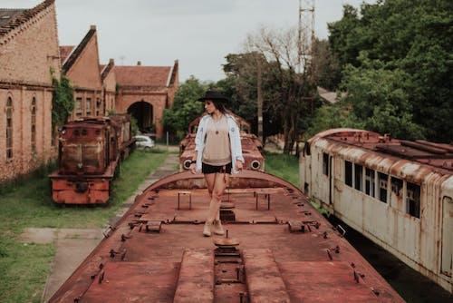 Ilmainen kuvapankkikuva tunnisteilla asento, asu, autio, junat