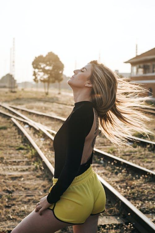 Donna In Piedi Sulla Ferrovia