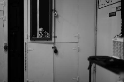 Darmowe zdjęcie z galerii z aparat, czarno-biały, dorosły, drzwi