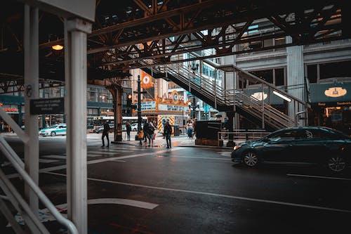 Бесплатное стоковое фото с streetphotography, автомобили, архитектура, асфальт