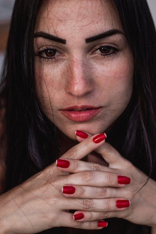 Kostenloses Stock Foto zu attraktiv, frau, freckles, hübsch