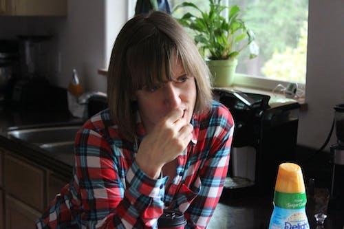 キッチン, 女性, 食べるの無料の写真素材