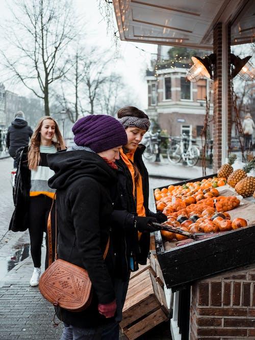 가족, 거리, 겨울 옷, 과일의 무료 스톡 사진
