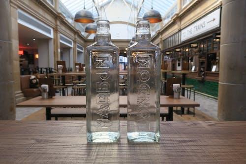 şişeler, su şişesi içeren Ücretsiz stok fotoğraf