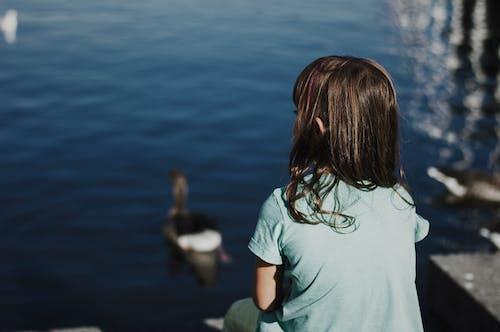 Безкоштовне стокове фото на тему «вода, волосина, Денне світло, дитина»