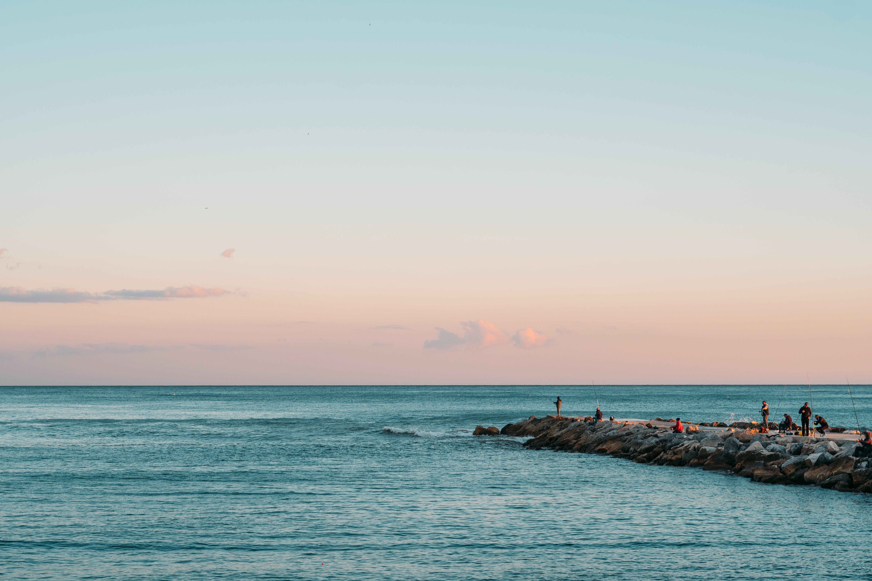 Foto profissional grátis de dourado, mar, paisagem, pescador