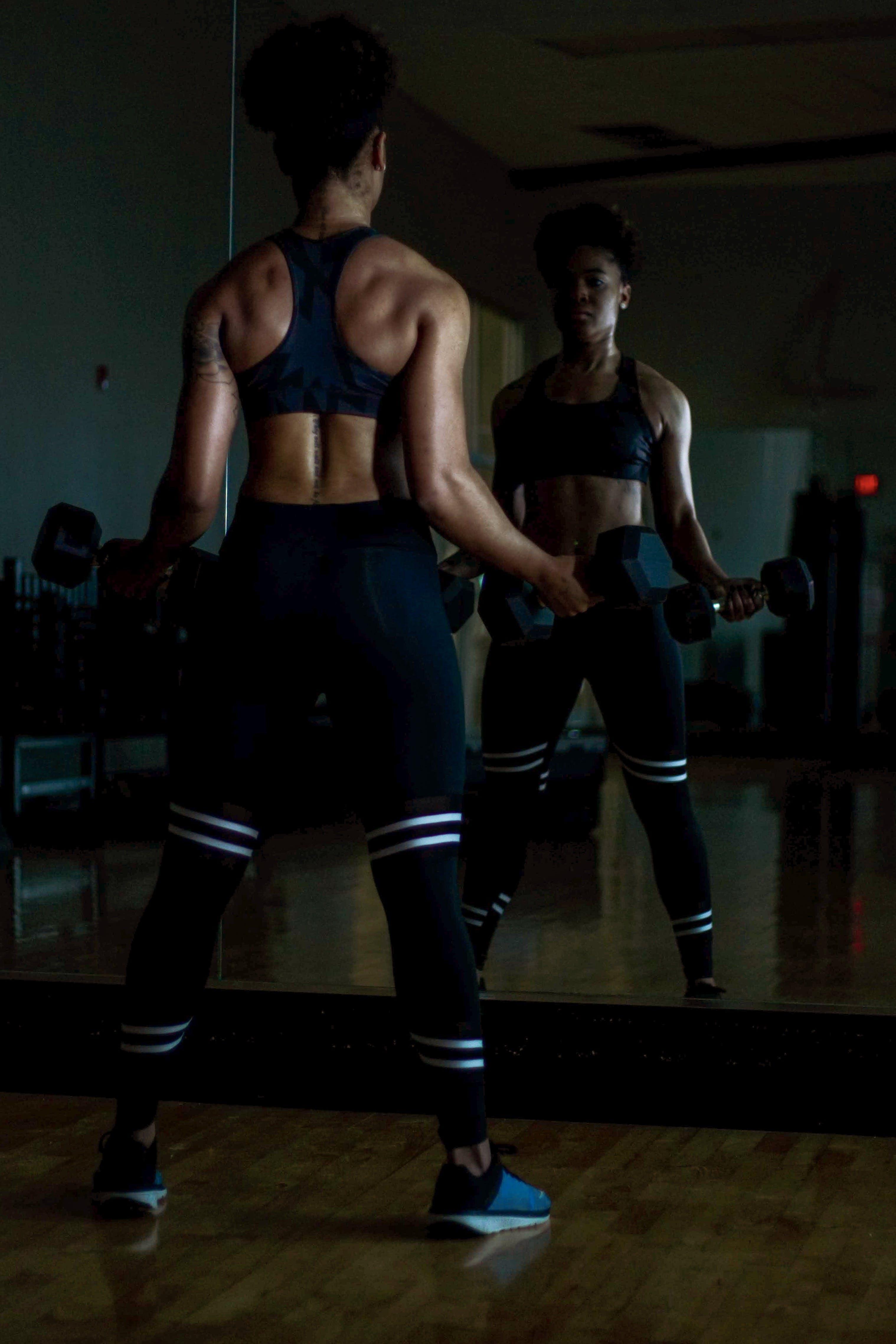 Darmowe zdjęcie z galerii z aktywny, biceps, ciało, ciemny