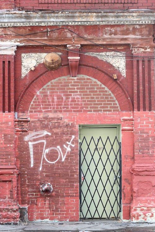 bina, duvar, geçit, Giriş içeren Ücretsiz stok fotoğraf