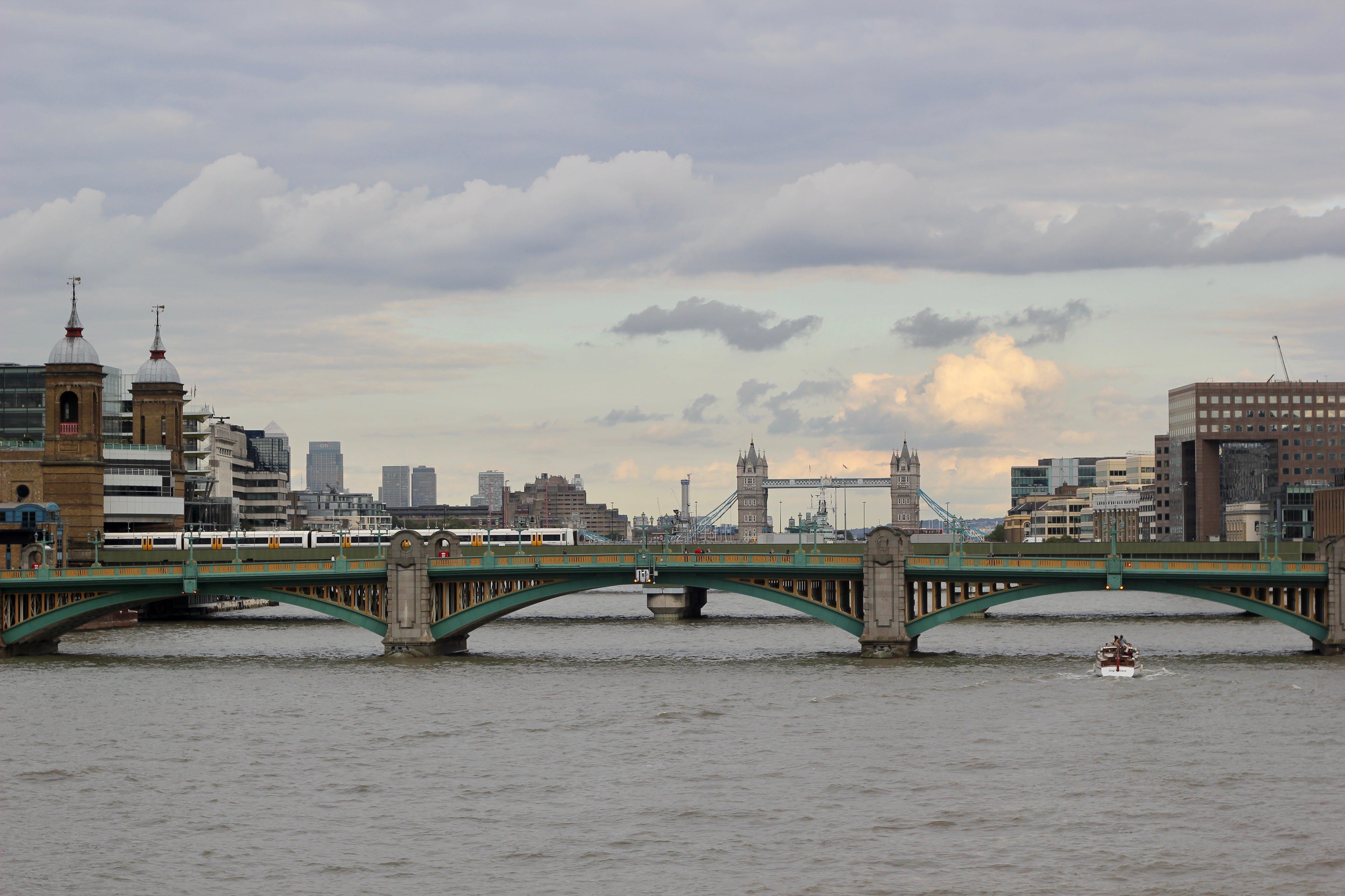 về ánh sáng ban ngày, các tòa nhà, cầu, con sông