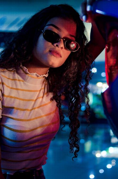 cazibe, çekici; cazip, çekicilik, Güneş gözlüğü içeren Ücretsiz stok fotoğraf